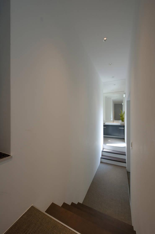 玄関ホール: 余田正徳/株式会社YODAアーキテクツが手掛けた廊下 & 玄関です。,モダン