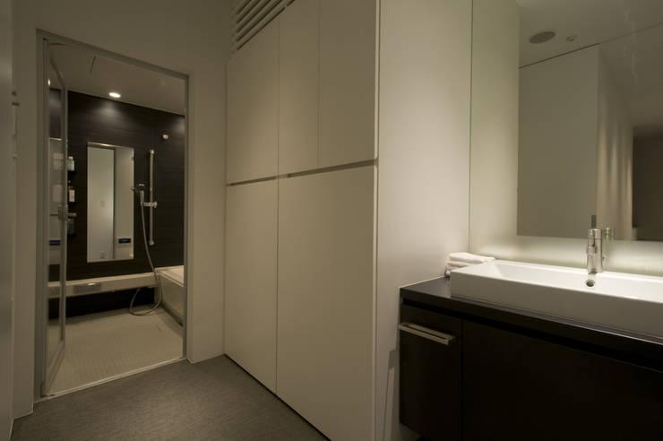 洗面・脱衣室: 余田正徳/株式会社YODAアーキテクツが手掛けた浴室です。