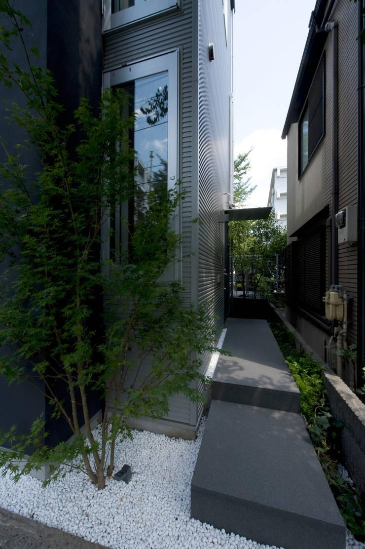 アプローチ: 余田正徳/株式会社YODAアーキテクツが手掛けた庭です。,モダン