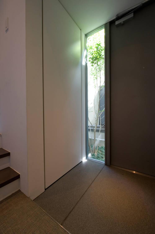 玄関: 余田正徳/株式会社YODAアーキテクツが手掛けた廊下 & 玄関です。,モダン