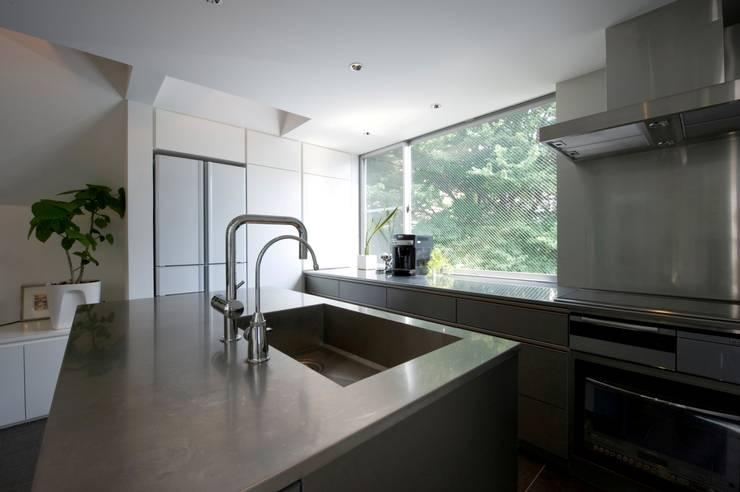 キッチン: 余田正徳/株式会社YODAアーキテクツが手掛けたキッチンです。,モダン