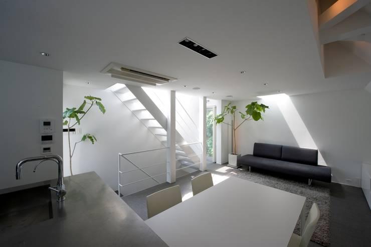 LDと階段廻り: 余田正徳/株式会社YODAアーキテクツが手掛けたリビングです。