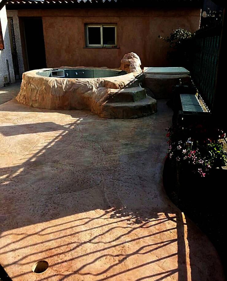 Scenografia in Roccia artificiale, pavimento, piscina, scala, cascata: Piscine in stile  di Pavimento Moderno