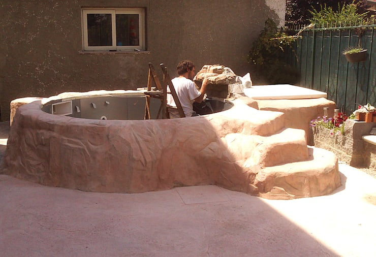 Realizzazione Roccia Artificiale per rivestimento piscina: Piscine in stile  di Pavimento Moderno
