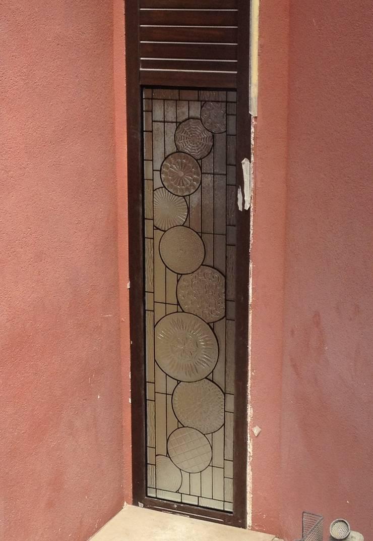 YBM Tasarım Dekoratif Cam Paneller – CK Evi: klasik tarz tarz Pencere & Kapılar