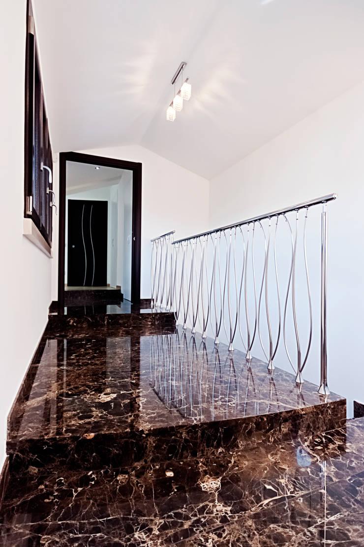Emperador Dark e Crema Marfil per un nuovo progetto firmato Ghirardi: Ingresso & Corridoio in stile  di GHIRARDI stone contractors ,