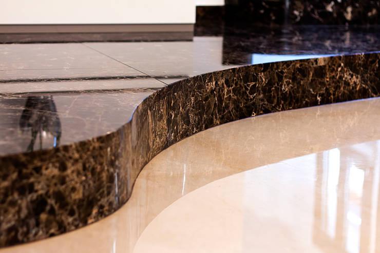 Emperador Dark e Crema Marfil per un nuovo progetto firmato Ghirardi: Soggiorno in stile  di GHIRARDI stone contractors ,