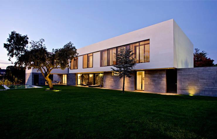 fachada hacia el jardín: Casas de estilo  de lightarchitecture studio