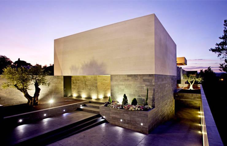 Fachada del patio de acceso: Casas de estilo  de lightarchitecture studio