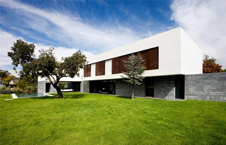 Fachada principal: Casas de estilo  de lightarchitecture studio