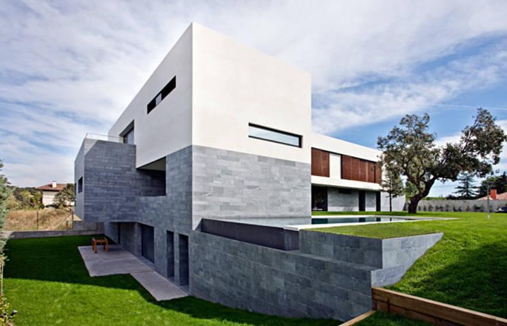 Fachada trasera y piscina rebosante: Casas de estilo  de lightarchitecture studio