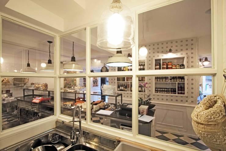 La cucina: Gastronomia in stile  di Anomia Studio