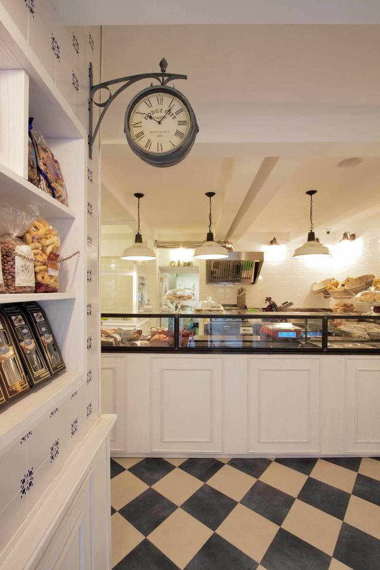 Cibus: il locale A: Gastronomia in stile  di Anomia Studio