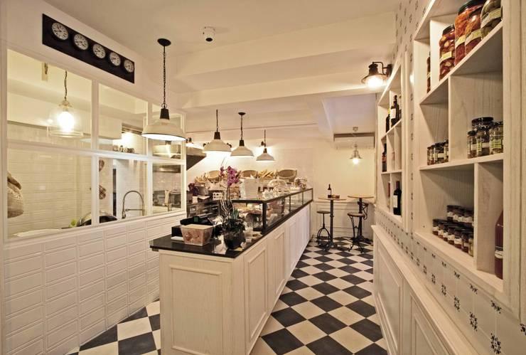 Cibus: il locale: Gastronomia in stile  di Anomia Studio