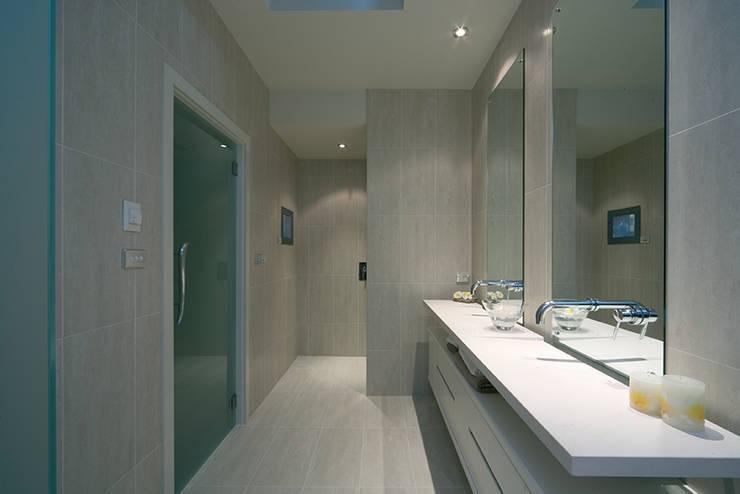 Modern Living Home – Canberra – Australia: Bagno in stile  di Ceramiche Coem