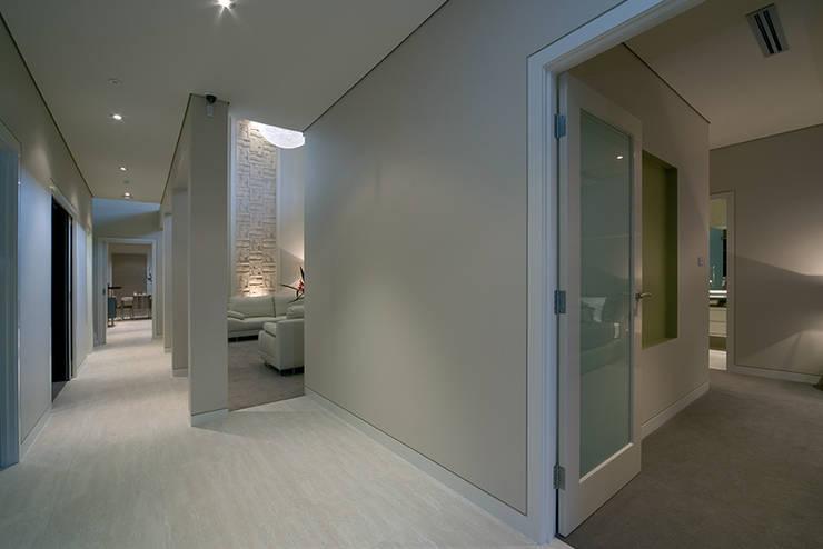 Modern Living Home – Canberra – Australia: Ingresso & Corridoio in stile  di Ceramiche Coem
