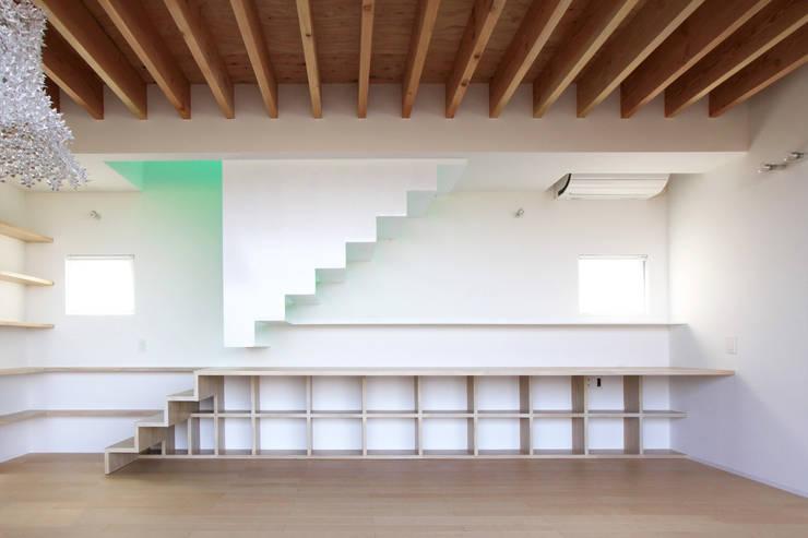 閉じる階段: WAA ARCHITECTS 一級建築士事務所が手掛けた廊下 & 玄関です。