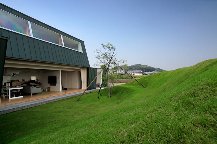 エンガワとドテ: WAA ARCHITECTS 一級建築士事務所が手掛けた庭です。