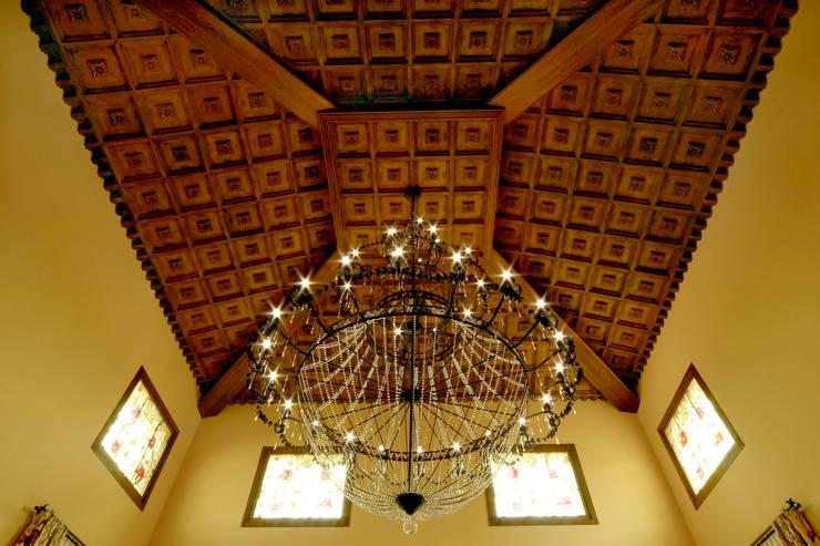Artesonados: Paisajismo de interiores de estilo  de Conely