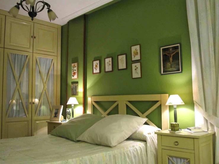 dormitorio principal en Valladolid: Dormitorios de estilo  de CarlosSobrinoArquitecto