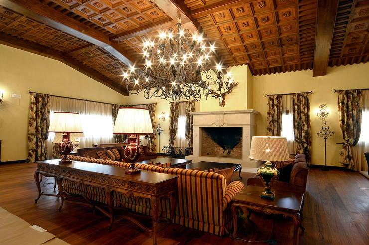 Artesonado: Paisajismo de interiores de estilo  de Conely