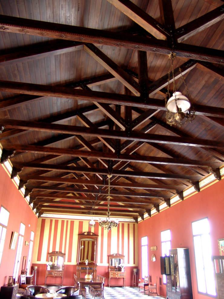 Artesonado vigas vistas: Paisajismo de interiores de estilo  de Conely