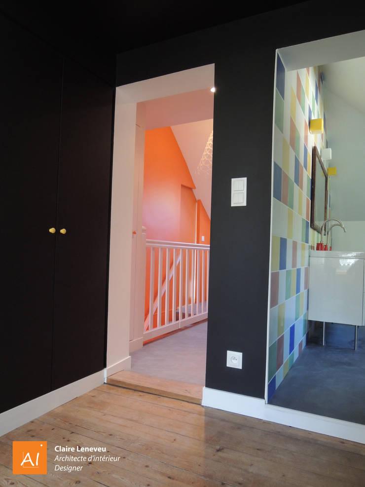 SAS, un espace fonctionnel de transition, à l'étage des petits-enfants: Couloir et hall d'entrée de style  par Claire Leneveu