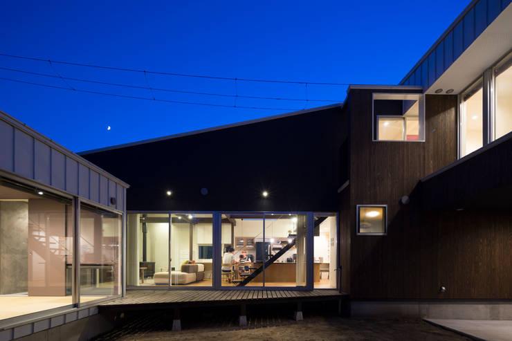 中庭: 花田設計事務所が手掛けた窓&ドアです。