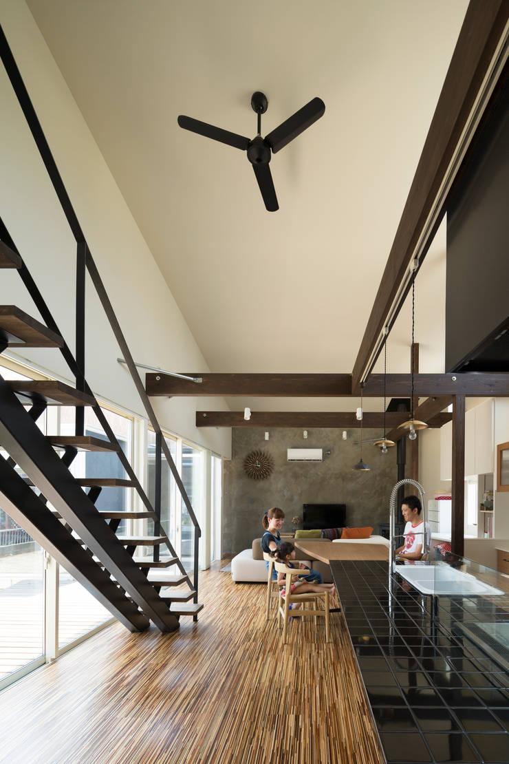リビングダイニングキッチン: 花田設計事務所が手掛けたリビングルームです。