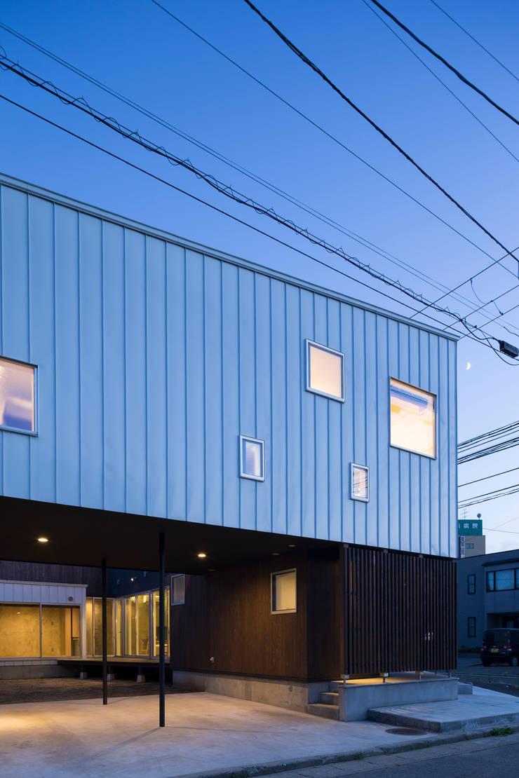 ファサード2: 花田設計事務所が手掛けた窓&ドアです。