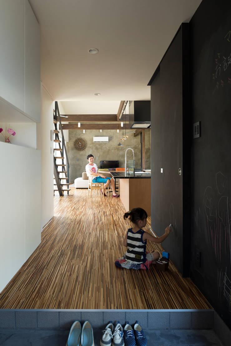 玄関ホワイエ: 花田設計事務所が手掛けた玄関&廊下&階段です。