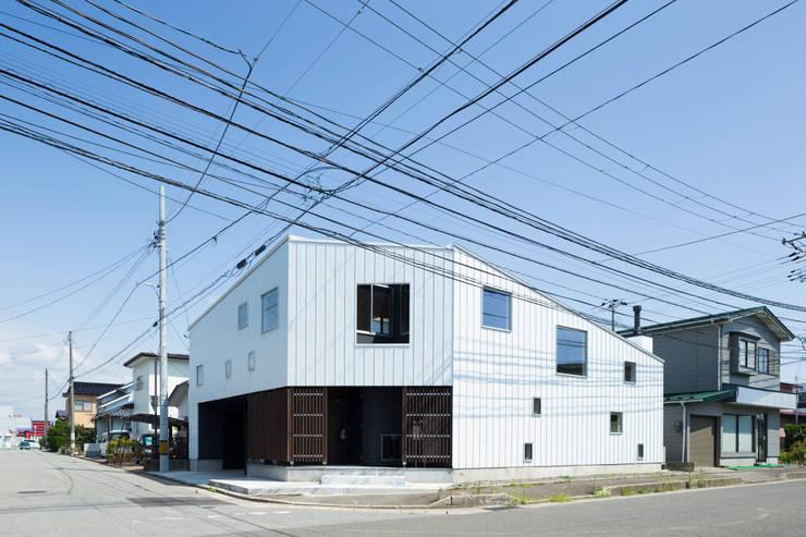 外観(北西側): 花田設計事務所が手掛けた窓&ドアです。