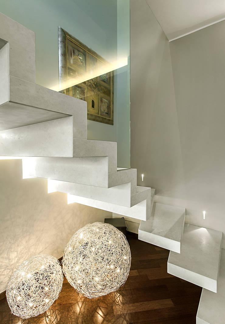 staircase : Soggiorno in stile  di studiodonizelli,