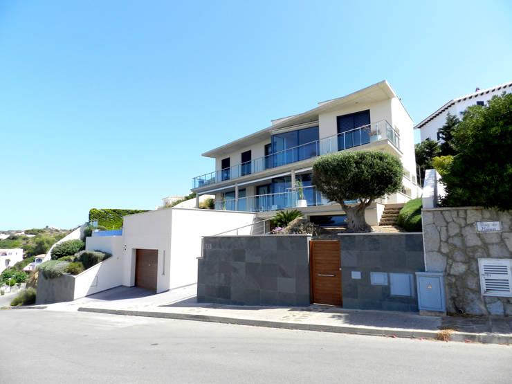 Fachada principal: Casas de estilo  de FG ARQUITECTES