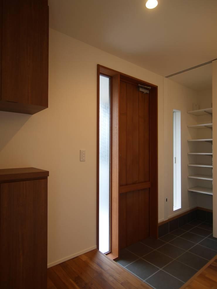 玄関ドア: ai建築アトリエが手掛けた窓です。