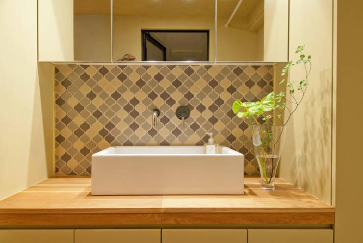 洗面スペース: TATO DESIGN:タトデザイン株式会社が手掛けた浴室です。