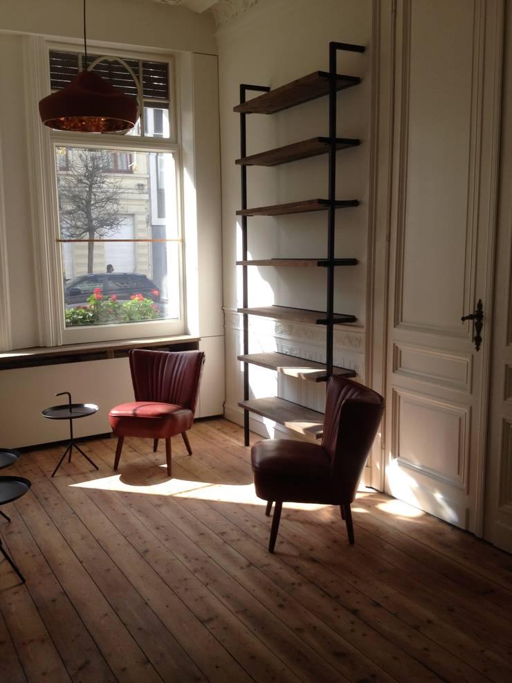 Woonkamer bibliotheek: Salon de style  par Robby Aerts