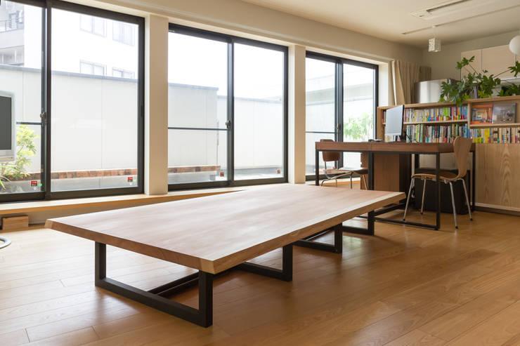 ダイニングテーブル: 一級建築士事務所 SAKAKI Atelierが手掛けたリビングです。,