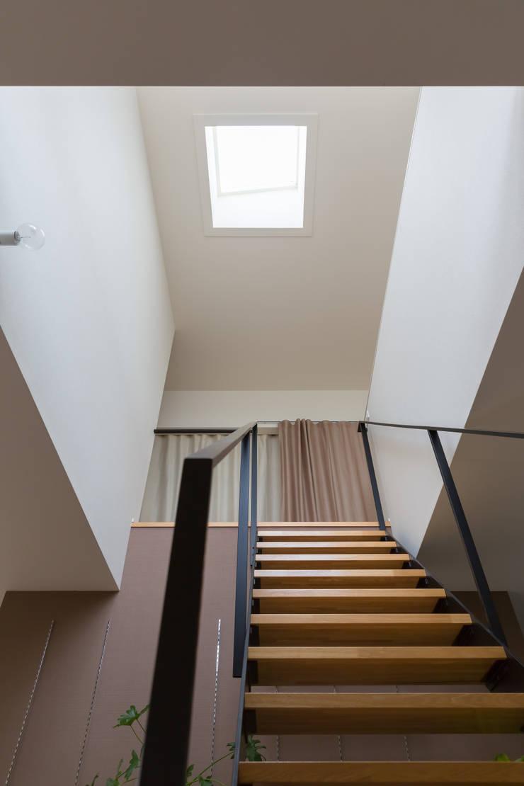 吹抜: 一級建築士事務所 SAKAKI Atelierが手掛けた廊下 & 玄関です。,
