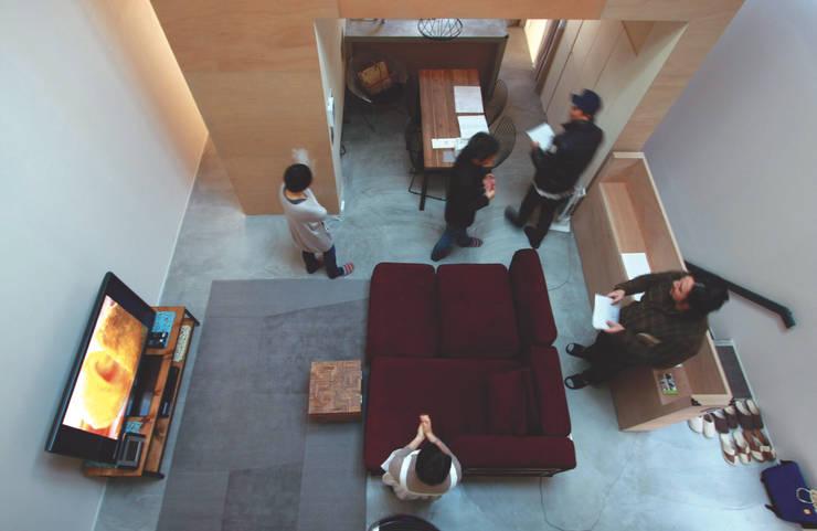 子供部屋からリビングを見下ろす: Kondohideo Architects co,;ltd.が手掛けたリビングです。