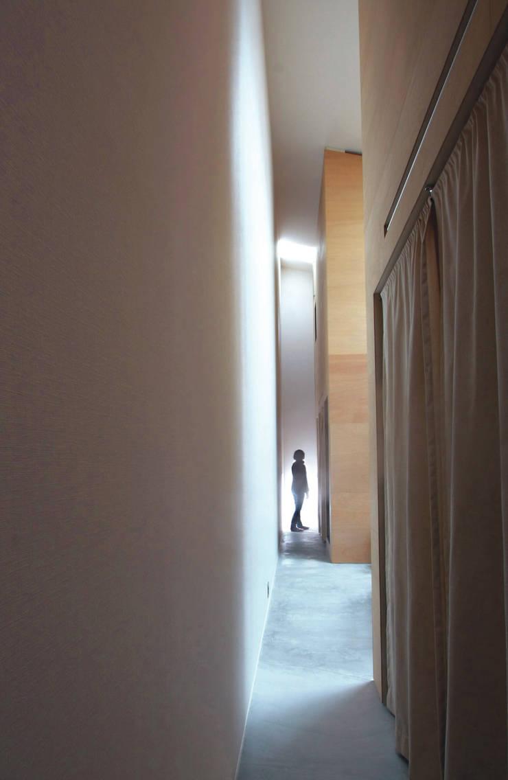 路地または廊下: Kondohideo Architects co,;ltd.が手掛けた浴室です。