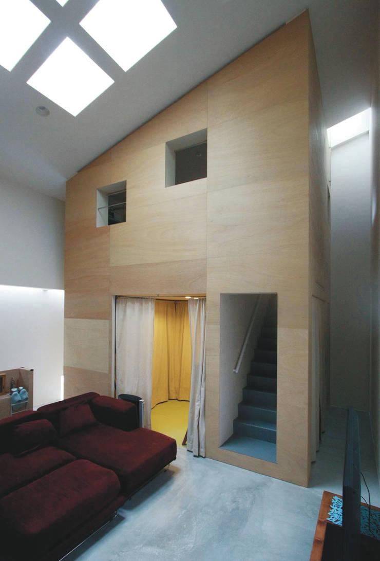 リビングルームからみるハコ: Kondohideo Architects co,;ltd.が手掛けた廊下 & 玄関です。