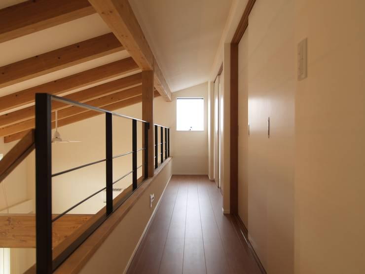 2階ホール: ai建築アトリエが手掛けた廊下 & 玄関です。
