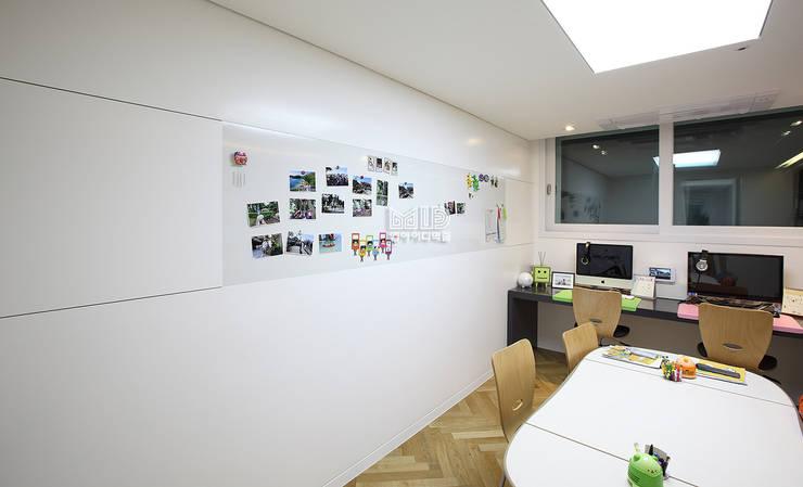 경기도 과천시 원문동 삼성래미안 슈르아파트 50평형: MID 먹줄의  서재 & 사무실