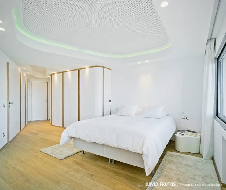 Penthouse: Dormitorios de estilo ecléctico de Manuel Ocaña Architecture and Thought Production Office