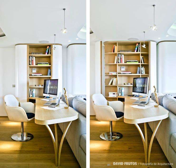 Penthouse: Estudios y despachos de estilo ecléctico de Manuel Ocaña Architecture and Thought Production Office