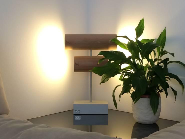 Due e due quattro (table lamp): Paesaggio d'interni in stile  di Kate Yorke