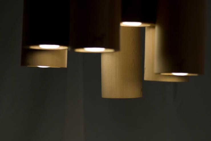 Quattro uno (pendant lamp): Paesaggio d'interni in stile  di Kate Yorke,