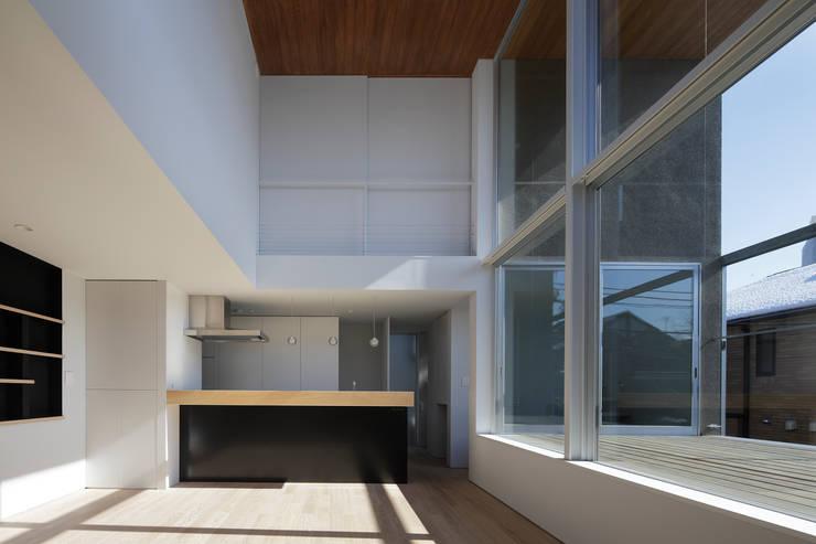 ∩∪ (and or): 岩崎整人建築設計事務所 (Iwasaki Architect and associates)が手掛けたリビングです。