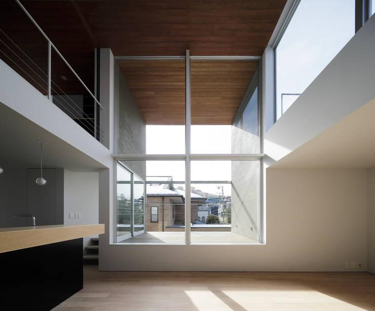∩∪ (and or): 岩崎整人建築設計事務所 (Iwasaki Architect and associates)が手掛けたテラス・ベランダです。